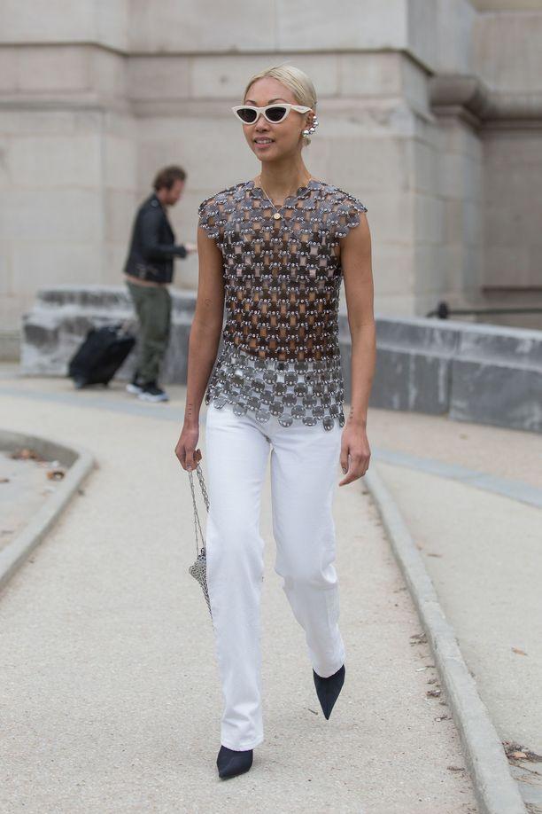Valkoiset farkut ovat raikas perusvaate, joten niiden rinnalle sopii erikoisempikin yläosa. Kuvassa muotiguru Vanessa Hong.