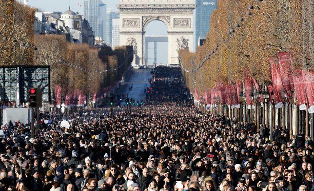 Hautajaisia oli seuraamassa kymmeniä tuhansia ihmisiä.
