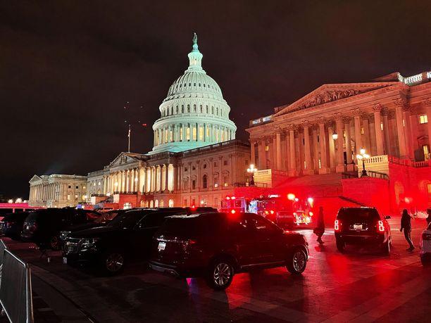 Virkavalta valvoi järeästi kongressihyökkäyksen jälkeen julistettua ulkonaliikkumiskieltoa Washingtonissa.