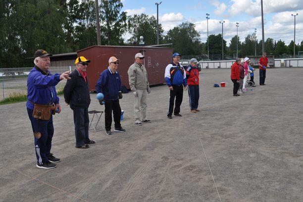 Eläkeläiset pelaamassa bocciaa Mikkelissä heinäkuussa 2019. Evan mukaan eläkeläisiä pitäisi saada myös töihin.