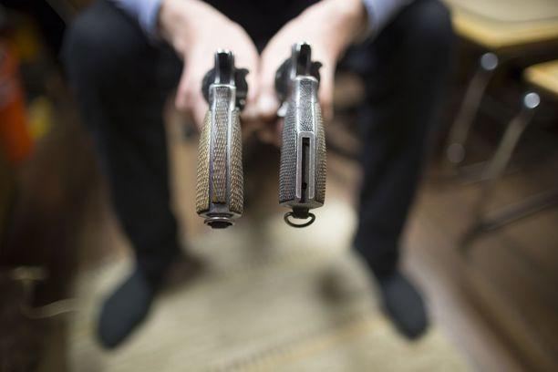 Juha Sipilän hallitus tekee esityksen ampuma-aseiden lupaprosessiin johtavista muutoksista, mutta kimmoke muutoksiin on tullut poliisihallituksen asehallintapäällikön mukaan poliisilaitoksilta ja poliisihallinnosta.