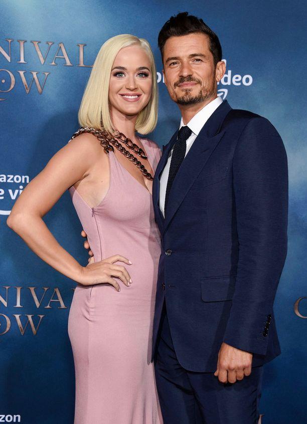 Katy Perry ja Orlando Bloom tahtoisivat vihille, mutta häät siirtyvät siirtymistään.