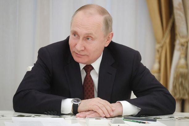 """Venäjän presidentti Vladimir Putin kiisti tasavallan presidentti Sauli Niinistölle, että Venäjä olisi Salisburyn iskun takana. Putin tokaisi aiemmin BBC:lle, että """"selvittäkää tapaus kunnolla siellä, sitten voimme keskustella tästä""""."""
