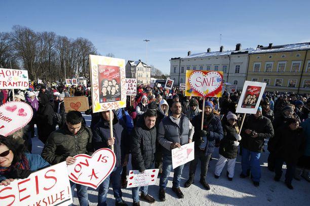 Mielenosoittajien joukossa oli myös monia Loviisan ympäristössä asuvia turvapaikanhakijoita.