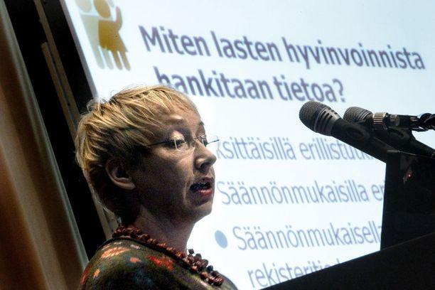 Keskustan pitkäaikainen kansanedustaja ja entinen lapsiasiavaltuutettu Maria Kaisa Aula nosti samaan aikaan sekä työttömyysturvaksi tarkoitettua sopeutumiseläkettä että kymmenien tuhansien eurojen palkkioita kahdesta ministeriöstä.