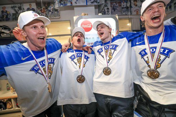 Niko Mikkola, Henri Jokiharju, Kaapo Kakko ja Jussi Olkinuora antoivat palaa pukuhuoneessa.