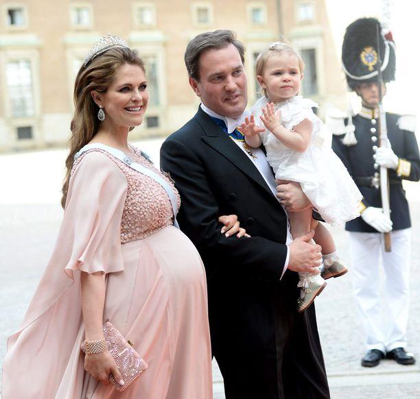 Prinsessa Madeleine edusti viimeisillään raskaana veljensä Carl Philipin häissä kesäkuussa. Vain kaksi päivää häiden jälkeen hän synnytti pikkuprinssi Nicolaksen.