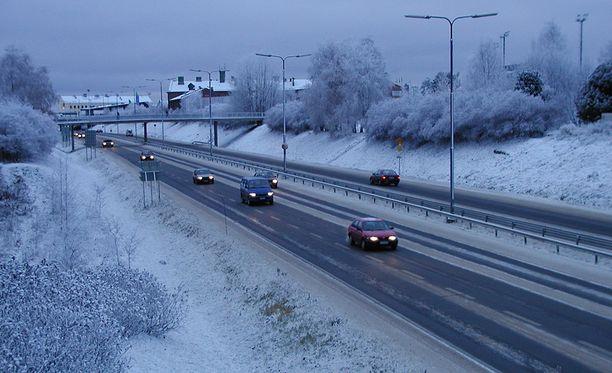 Nelostiellä on kymmeniä rekkoja jumissa. Tämä kuva on arkistokuva Rovaniemeltä lokakuulta 2001.