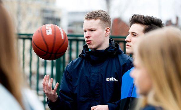 Samuel Purola harrastaa vapaa-ajallaan koripalloilua ystäviensä kanssa. Kolmen pisteen heitoista uppoaa keskimäärin viisi kymmenestä, vapaaheitoista hieman enemmän, Purola kertoo.