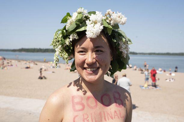 """Hanna Tamminen oli maalannut rintakehäänsä tekstin """"boob criminal"""" eli suoraan suomennettuna rintarikollinen."""