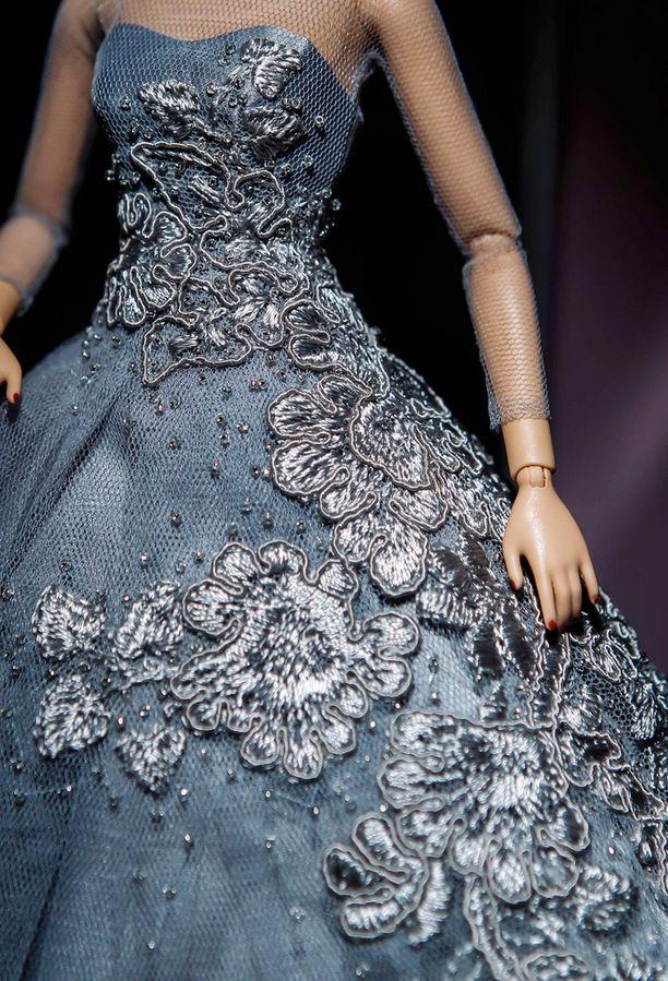 Barbie-nuken mekossa on pieniä yksityiskohtia kuningattaren juhla-asusta.