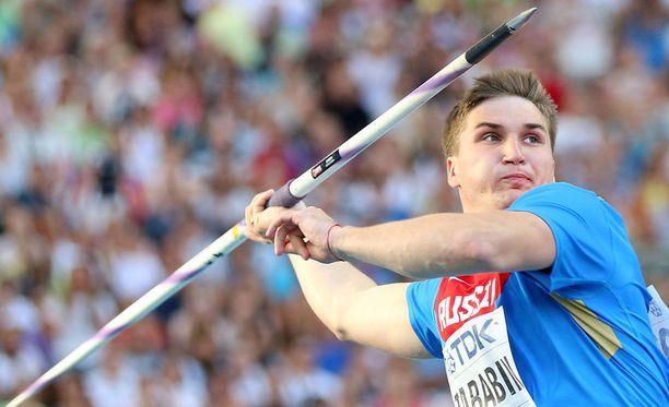 Härski venäläisheittäjä Dmitri Tarabin vei kilpakumppanien keihäät verryttelyssä.