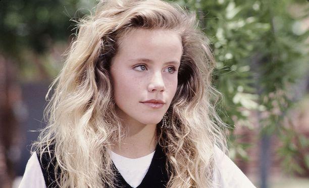 Takavuosien teinitähti Amanda Peterson tunnetaan parhaiten roolistaan romanttisessa Can't Buy Me Love -komediassa. Elokuva sai ensi-iltansa vuonna 1987.