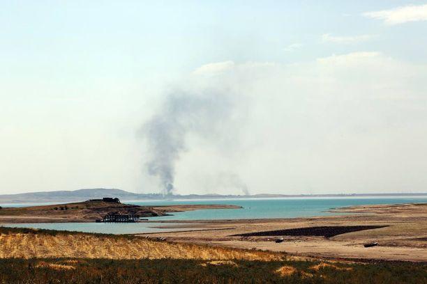 Ilmaiskujen jälkimainingeissa Mosulin padon lähettyviltä nousi savupatsas. Kuva elokuulta 2014.