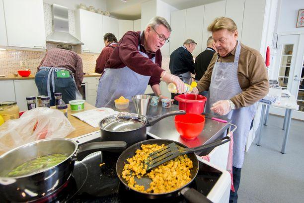 Heikki Norokytö ja Markku Mäkelä ruoanlaittohommissa.