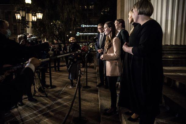 Hallituksen johtoviisikko ja valtiovarainministeri Matti Vanhanen olivat vielä tiistai-iltana median haastattelussa Säätytalon portailla.
