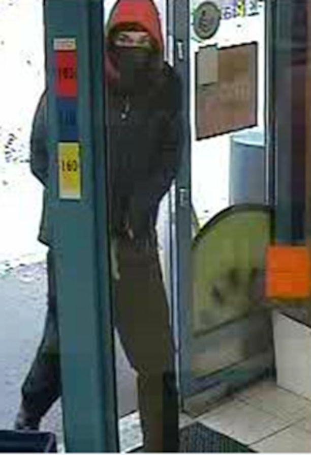 Poliisi julkaisi valvontakameran kuvat ryöstöstä Helsingin Itä-Pakilassa epäillystä miehestä tämän tunnistamiseksi.