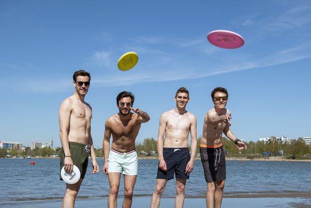 Vaihto-opiskelijat nauttivat viimeisistä päivistään Suomessa. Lämpimät ilmat osuivat hyvään saumaan.