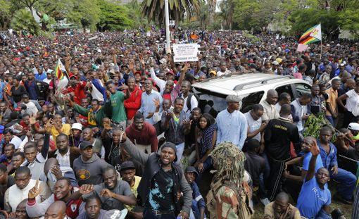 Ihmiset riemuitsivat kaduilla kun kuulivat, että Robert Mugabe on erotettu puolueensa johdosta.