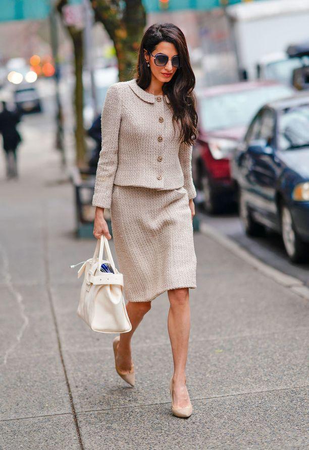 Amalin pukeutumisessa näkee vaikutteita 1960-luvulta - niin myös tässä tweed-kokonaisuudessa. Aikakauden leikkaukset pukevat siroa Amalia loistavasti.