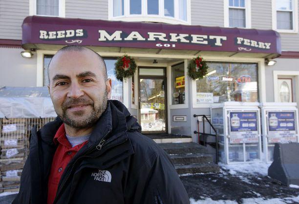 Sam Safa myi yli 560 miljoonaa dollaria voittaneen lottokupongin Merrimackin pikkukaupungissa New Hampshiressa. Hänen kauppansa saa myynnistä 75 000 dollarin bonuksen.