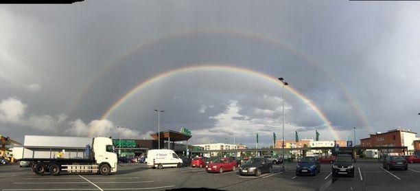 Kaksoissateenkaari piirtyi Tampereen taivaalle tiistaina sadepäivän päätteeksi.
