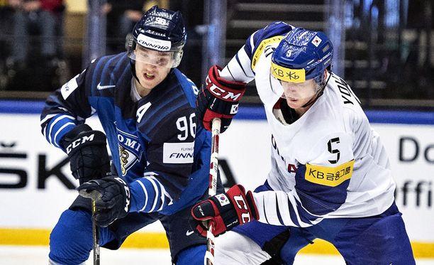Mikko Rantanen väänsi Etelä-Korean Bryan William Youngin kanssa lauantaina Tanskassa jääkiekkoilun MM-turnauksessa.