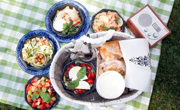 Varaa piknikille mukaan salaatteja, leipää, levitteitä ja juomia.