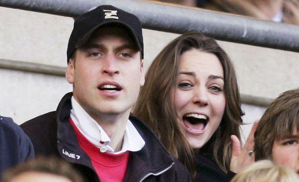 Williamin ja Katen ero kestää vain muutaman kuukauden. Parin suhde syvenee, ja vuonna 2009 Kate on jo tuttu näky kuninkaallisissa piireissä. Rakastavaiset liikkuvat avoimesti yhdessä – häissä, poolo-otteluissa, lomamatkoilla ja rokkikonserteissa. Kihlajaisia odotellaan hetkenä minä hyvänsä.