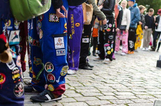 Haalarimerkit ovat monille oleellinen osa opiskelijahaalaria. Kuvassa Tampereen yliopiston opiskelijoita.