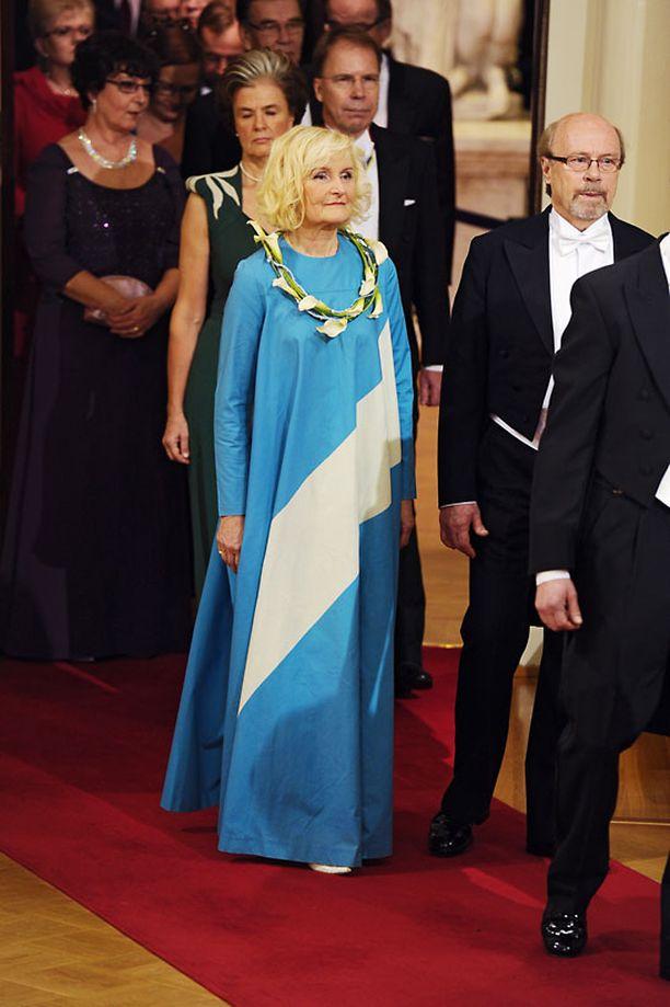 Tuula Väätäinen kertoo saaneensa Vuokko-puvun mieheltään vuonna 1973.