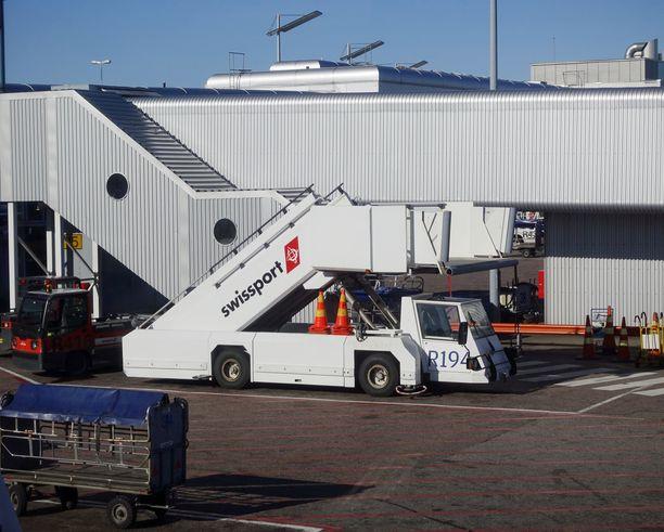 Swissport Finland aloittaa yt-neuvottelut, joiden piirissä on 950 työntekijää. Kuva Helsinki–Vantaan lentoasemalta lokakuulta 2015.
