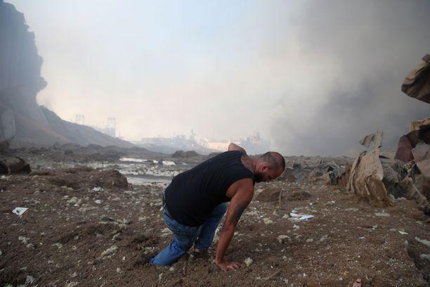 Libanonilaismies yritti nousta ylös räjähdyksen jälkeen lähellä Beirutin satamaa.