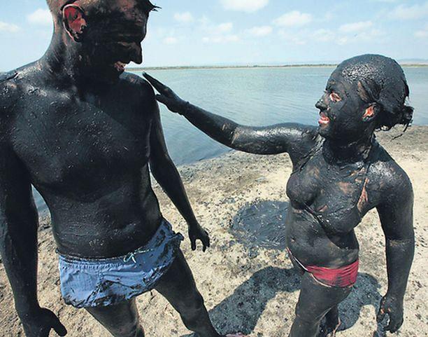 Turistit saapuivat sankoin joukoin sivelemään toisiaan mudalla bulgarialaisen Pomorien kaupungin lähellä sijaitsevalle järvelle. Mudan uskotaan parantavan ihmisiä reumatismista ja muista vaikeista vaivoista.