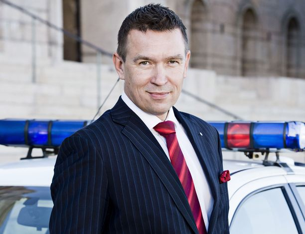 Kansanedustaja Tom Packalén toteaa, että poliisi voi joutua käyttämään voimakeinoja, jos kehotukset ja käskyt eivät auta.