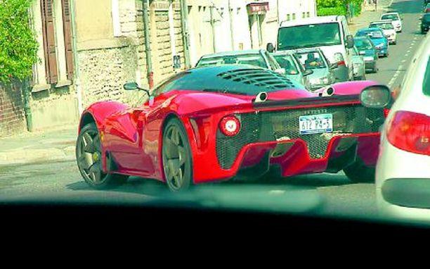 Tämä auto on saanut luvan käyttää Ferrarin tunnusta, vaikka auto on Pininfarinan koristelema.