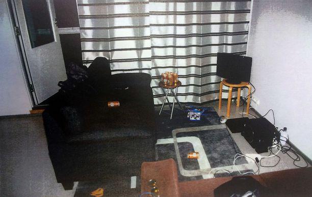 Surma-asunnon olohuone. Epäillyn mukaan hän oli juonut noin 10 olutta ja uhri suunnilleen saman verran.