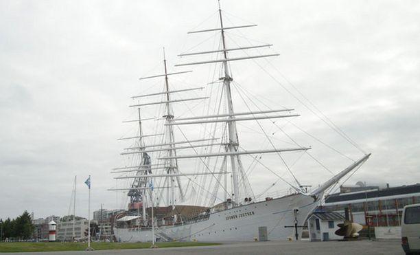 Suomen Joutsen saa ensi kuussa seurakseen Aurajokeen noin sata muuta komeaa purjealusta.