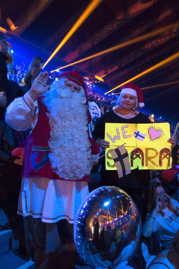Joulupukkikin saapui yleisöön kannustamaan Saaraa.
