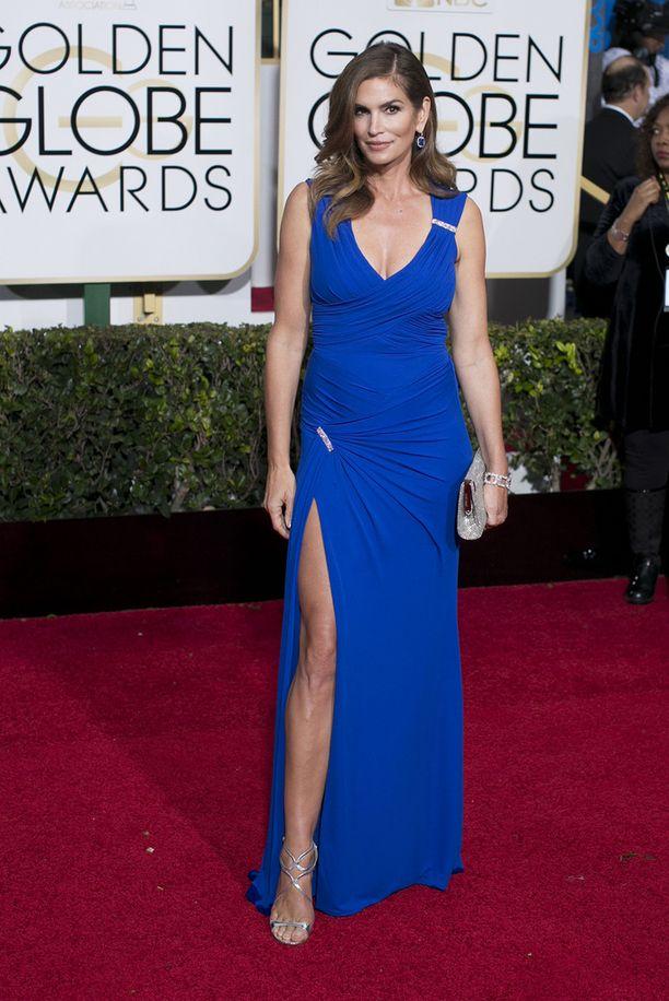 Cindy Crawford edusti tyylikkäässä reittä paljastavassa asussa Golden Globeseissa viime keväänä.