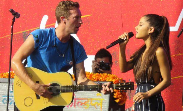 Coldplay-keulakuva Chris Martin ja Ariana Grande esiintyivät yhdessä.