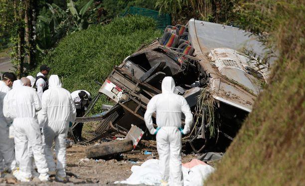 Onnettomuusbussia tutkitaan suistumispaikalla.