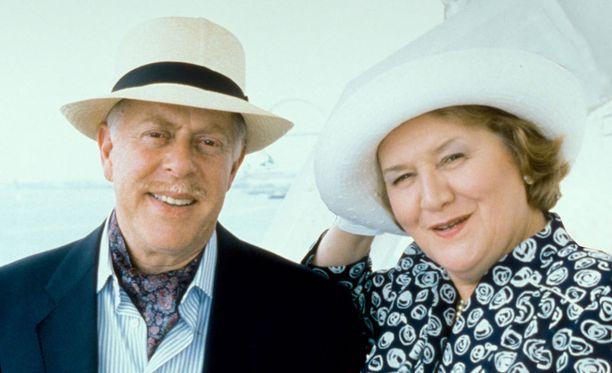 Richardilla ja Hyacinthilla on lähestulkoon ylitsepääsemättömiä vaikeuksia ehtiä laivaan. Queen Elizabeth 2 kun ei odota ketään.