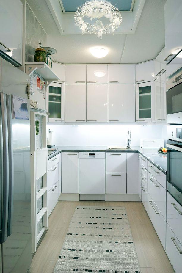 Kodin valkoinen keittiö on raikas ja valoisa.