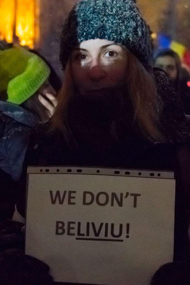 """""""Me emme usko teitä"""", 25-vuotias yliopistonlehtori Andreea Bejenaru sanoo."""