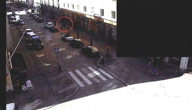 Michael Penttilä tallentui Vaasankadun valvontakamerakuviin iltapäivällä 13. huhtikuuta. Hän oli tuolloin matkalla uhrinsa asunnolle.