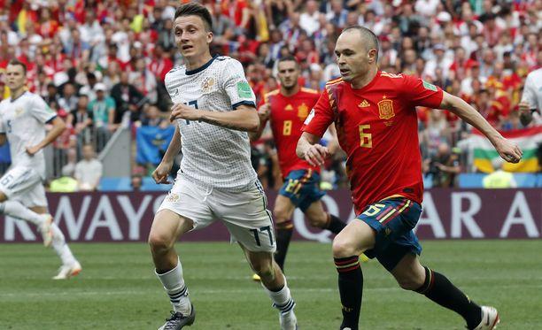 Aleksandr Golovin (kuvassa vas.) on Venäjän työteliäimpiä pelaajia. Keskikenttäpelaaja kamppailee kuvassa Espanjan legendan, Andres Iniestan kanssa.