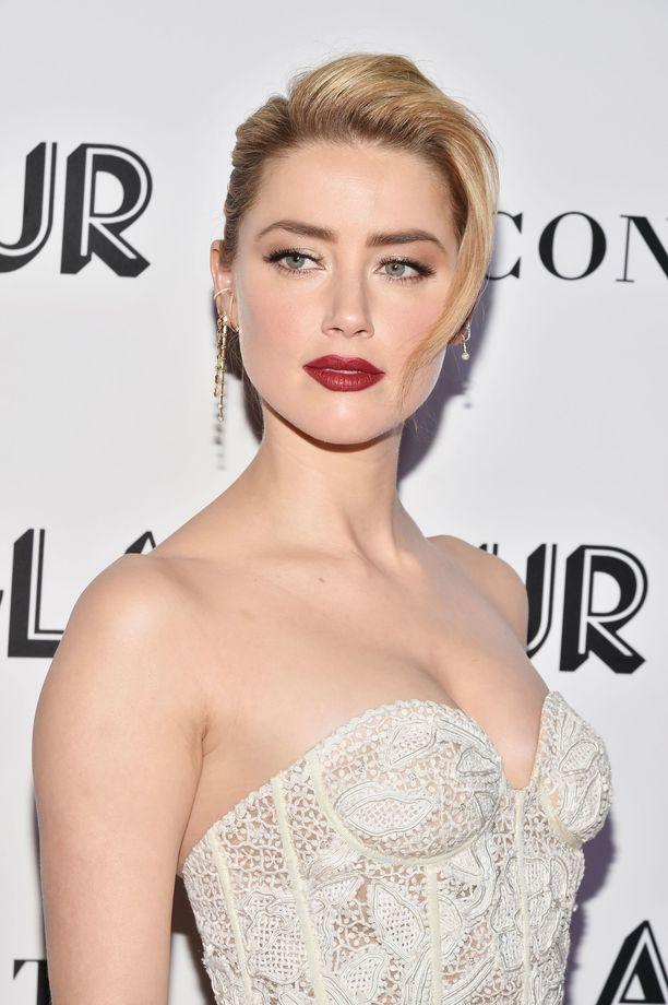 Klassiset punahuulet ja hopeanhohtoinen kimallus luomilla ovat aina varma valinta. Mallia näyttää Amber Heard.