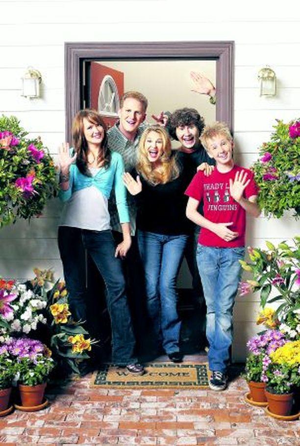 Taas yksi jenkkiperhe sotii kotonaan: tytär Hillary (Kaylee Defer, vas.), isä Dave (Michael Rapaport), äiti Vicky (Anita Barone), sekä pojat Larry (Kyle Sullivan) ja Mike (Dean Collins).