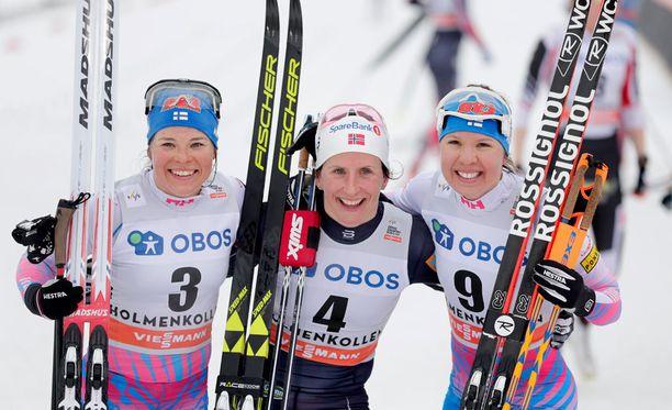 Krista Pärmäkoski (vasemmalla) ja Kerttu Niskanen hiihtivät Holmenkollenilla palkintokorokkeelle Marit Björgenin seuraksi.